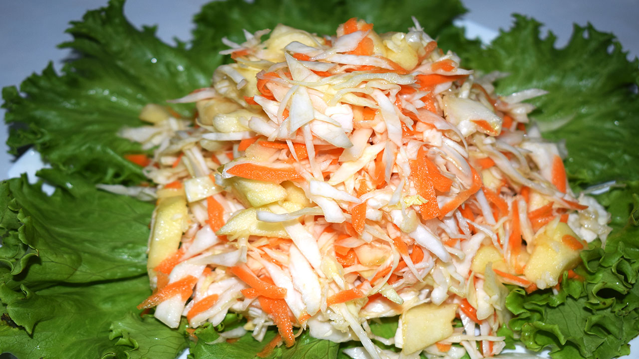 Салат из капусты моркови и яблока
