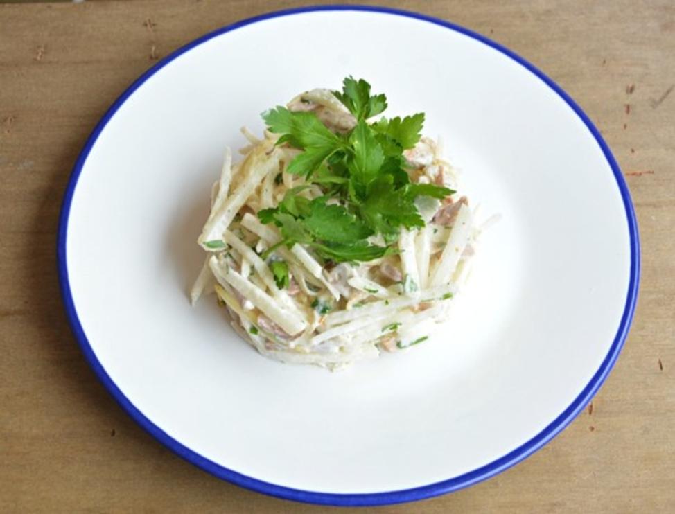 Салат с белым редисом и курицей