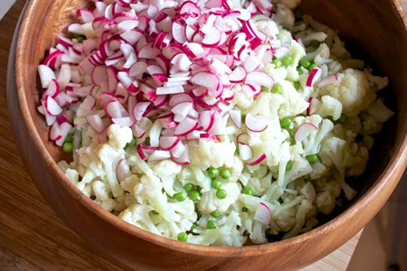 Салат с редисом и цветной капустой