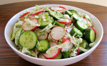 Салат с редисом, капустой и огурцом