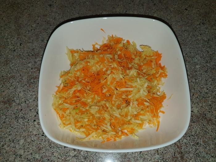 Натираем на терке кабачок и морковь