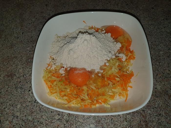 Смешиваем кабачок, морковь, яйцо и овсяную муку