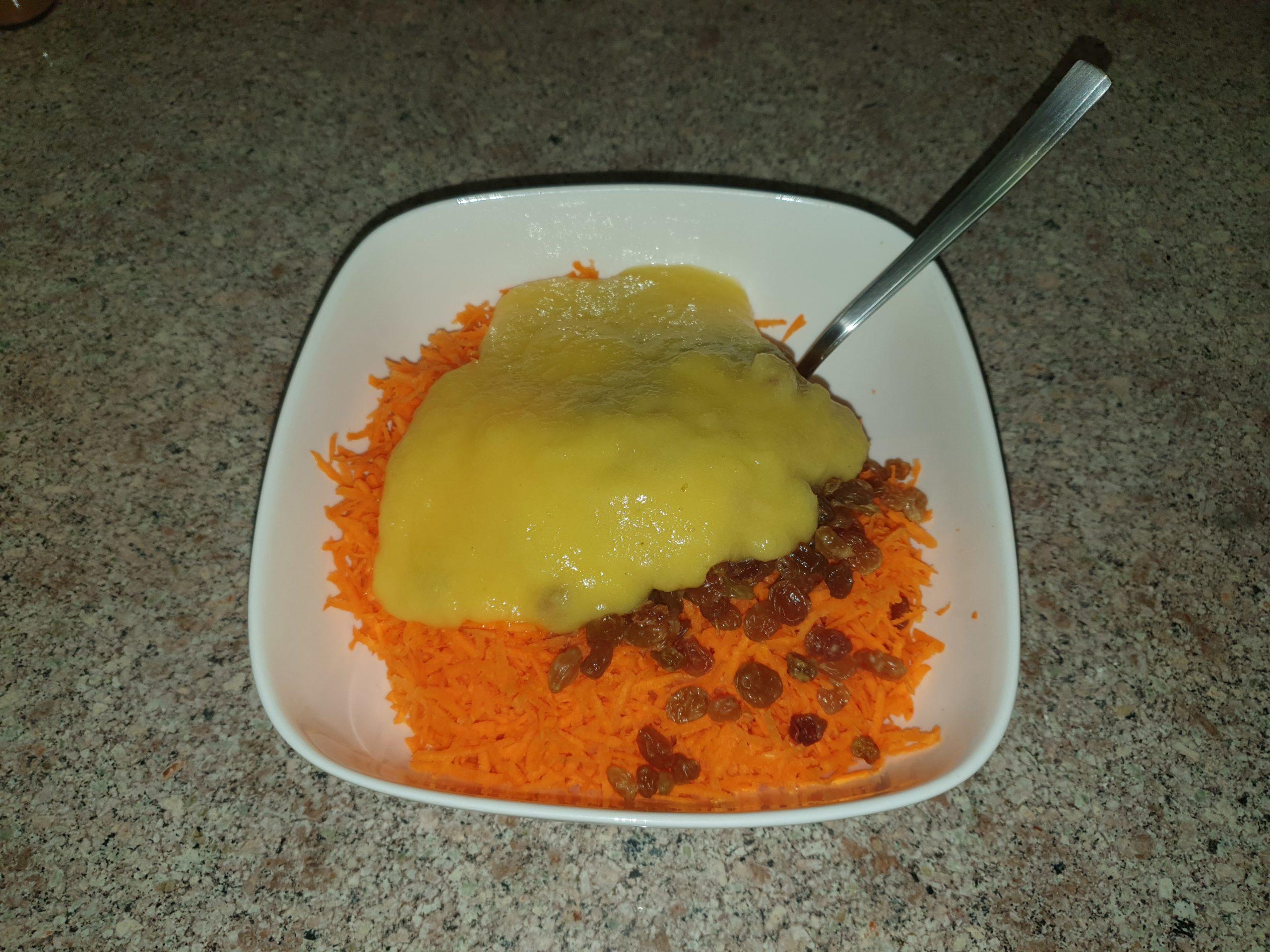 Смешиваем морковь с ананасом и изюмом
